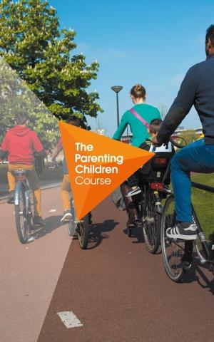 gezin van 5 personen samen op de fiets