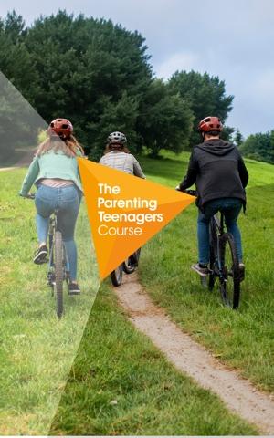 3 fietsende jongeren op mountainbikes met helm op